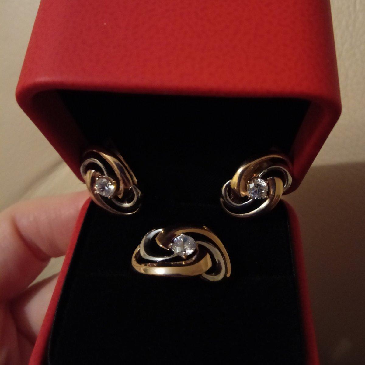 Красивое элегантное кольцо