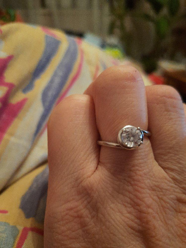 Кольцо просто супер,рекомендую в подарок для девушек,изумительно сверкает
