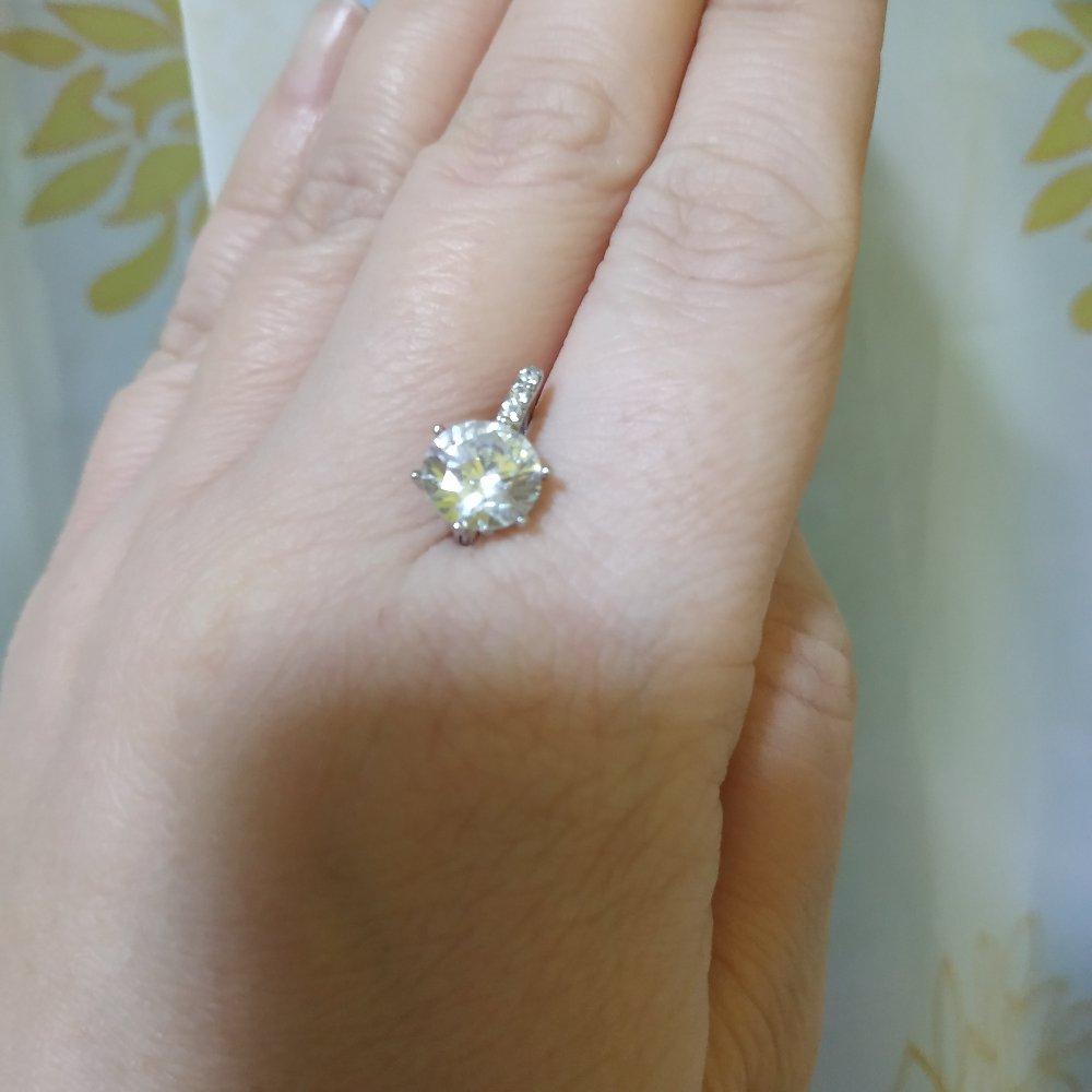 Покупала в подарок сестре. очень красивые серьги. камень крупный и сияет.