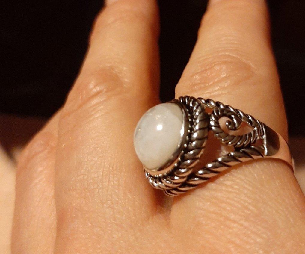 Серебряное кольцо с лунным камнем.
