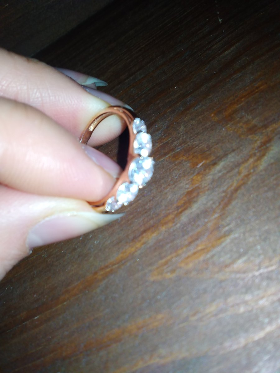 Кольцо покупала в комплект к серьгам и они идеально подходят друг к другу)