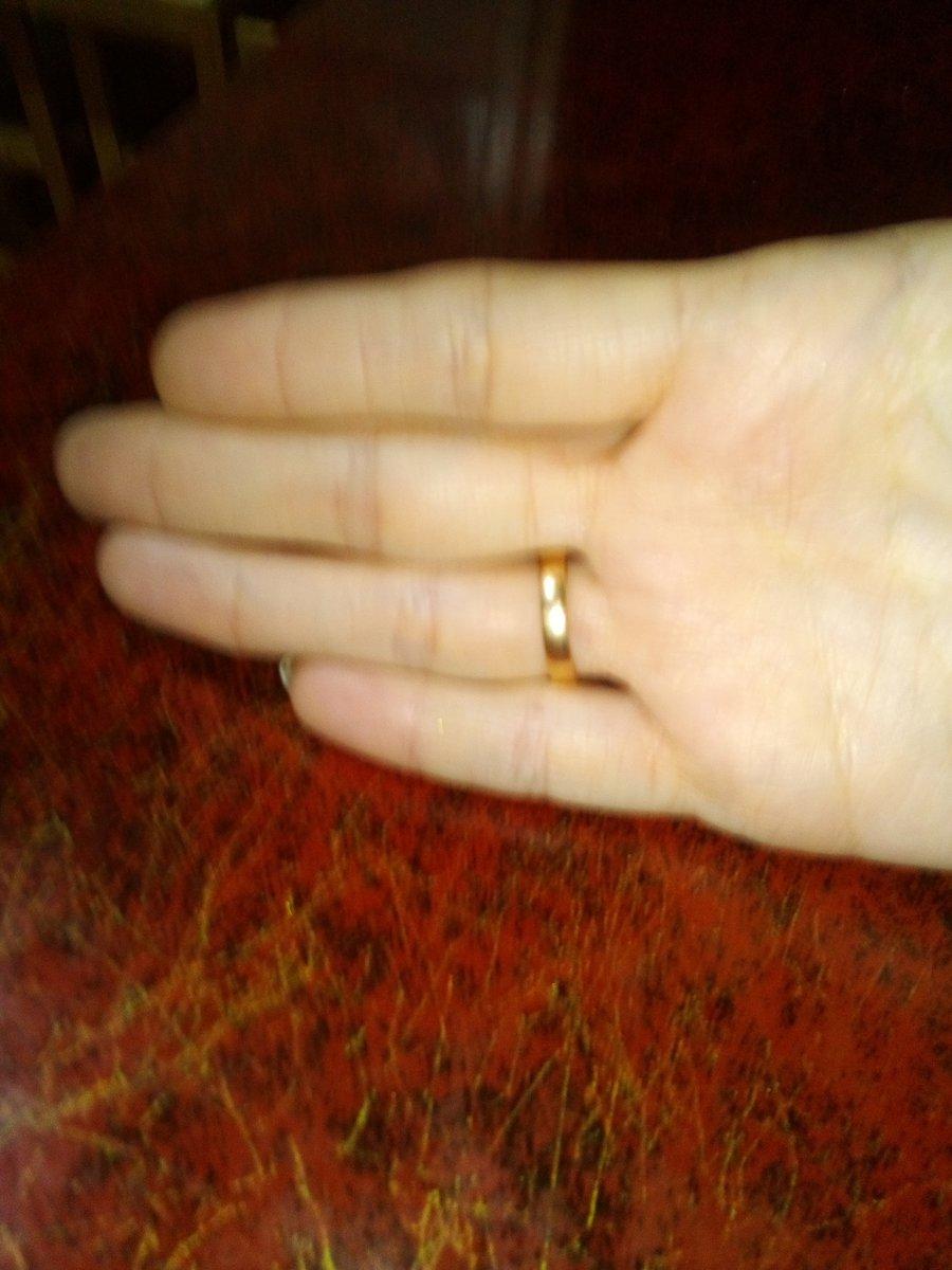 Красивое,элегантное,маленькое, очень удобное, роскошное золотое колечко.