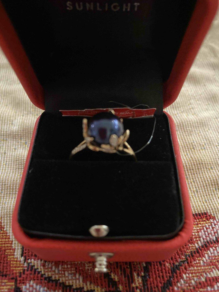 Кольцо необычное из за цвета жемчуга !больше черное на фото кажется синим !