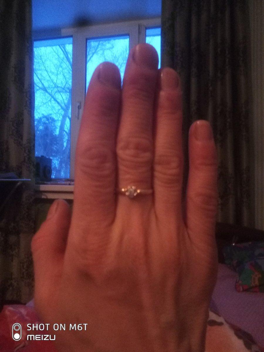 Шикарное кольцо с бриллиантом, и поприемлемой цене.