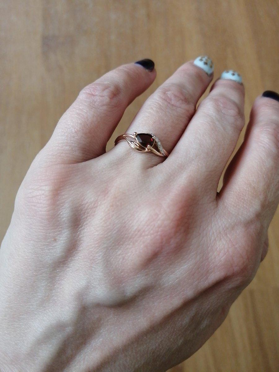 Золотое кольцо с гранатом и тремя бриллиантиками