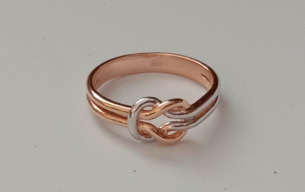 Серебряное кольцо с узелком.