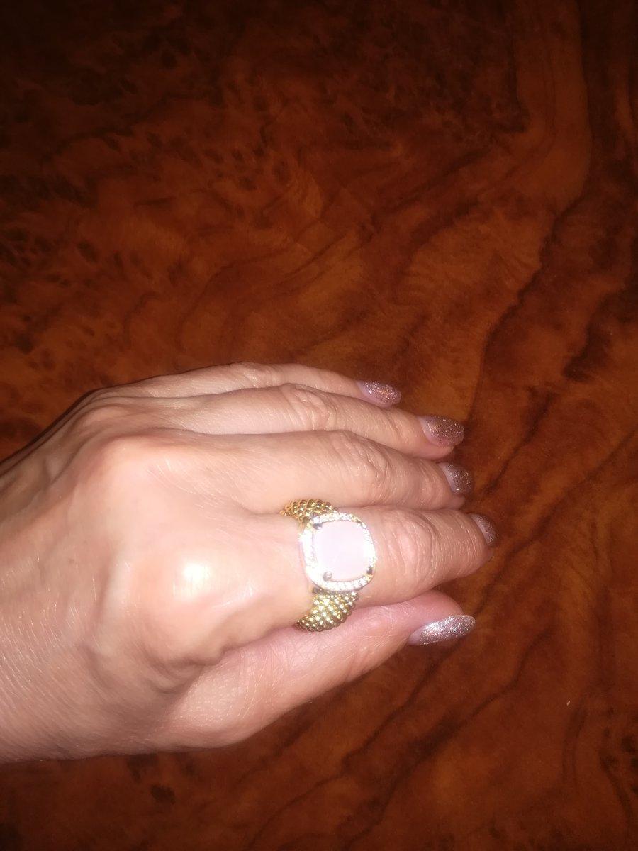 Кольцо шикарное, очень элегантное как на картинке, на руке комфортно сидит.
