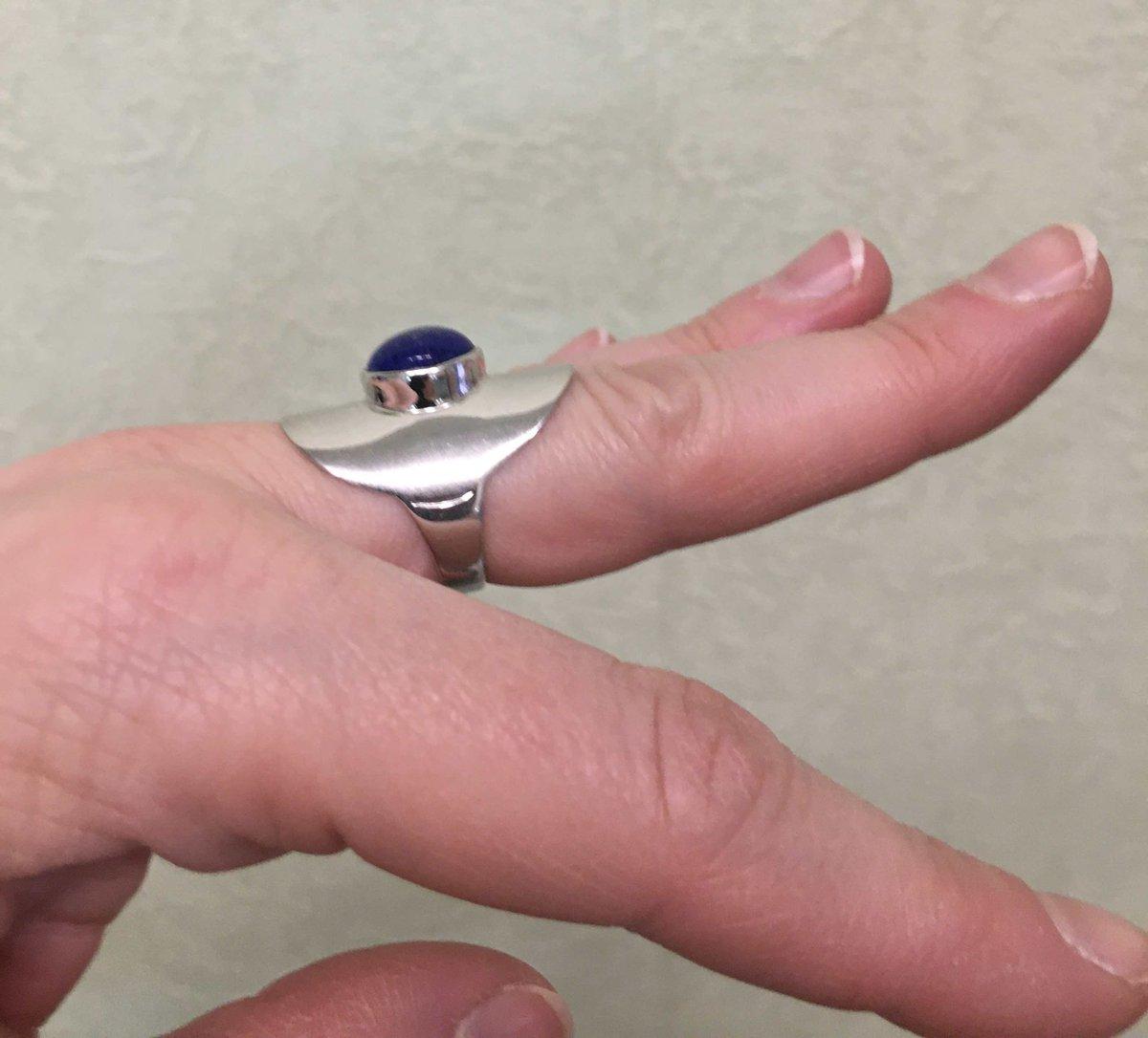 Крупное кольцо с лазуритом.