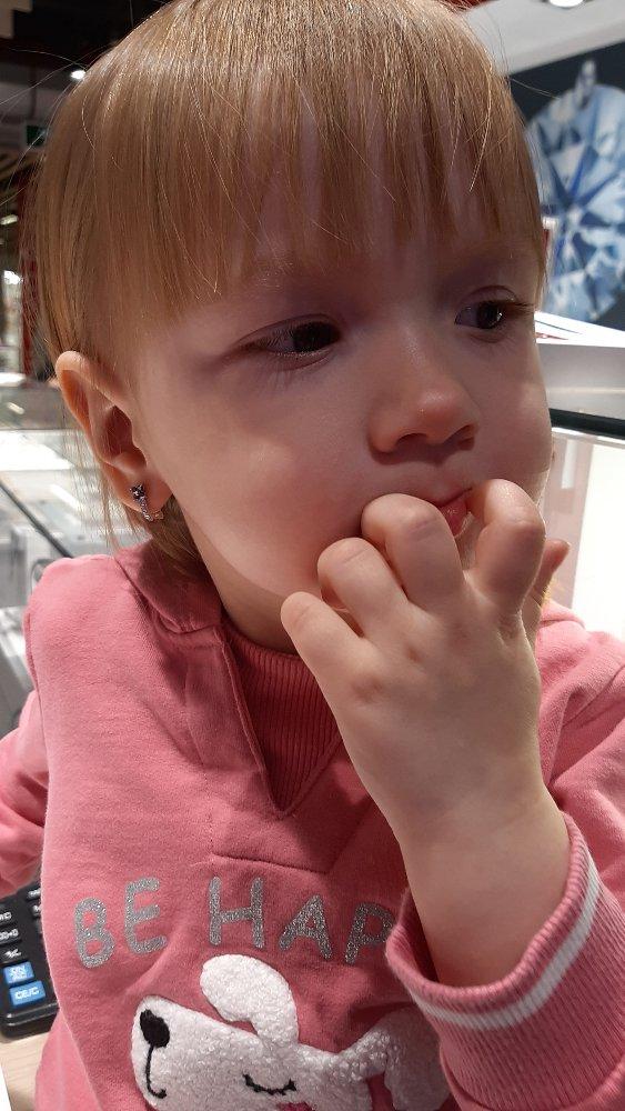 Внучке 2года и 3 месяца. выбрала сама себе эти серьги.