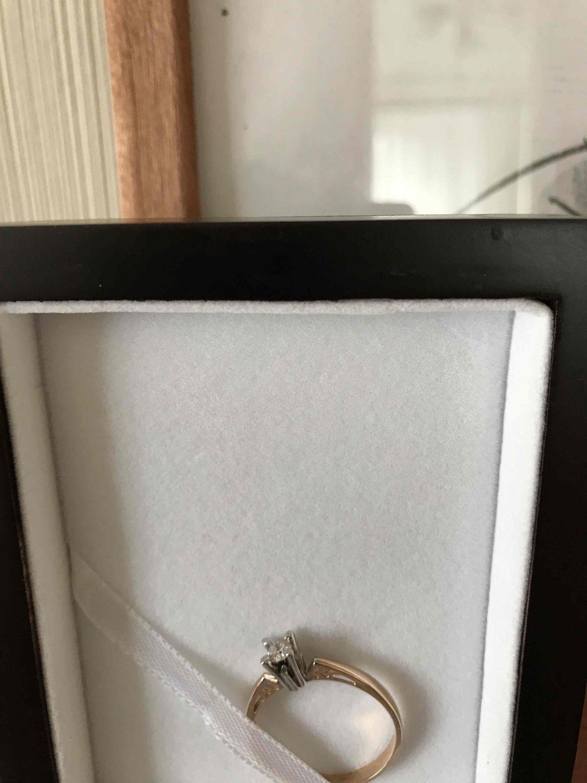 Прекрасное золотое кольцо с одним крупным якутским брилиантом-салитером .