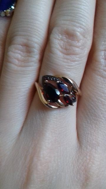 Красивое кольцо с гранатами