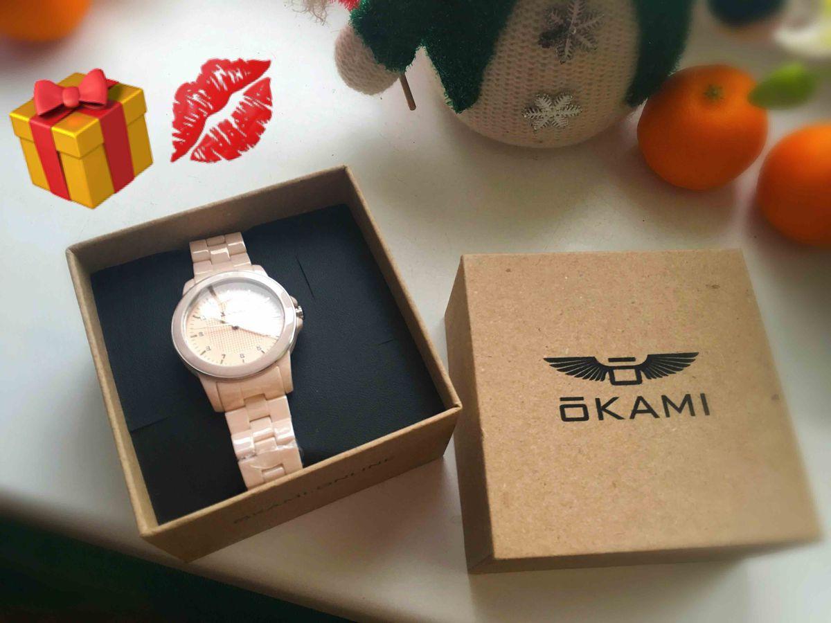 Красивые розовые керамические часы.