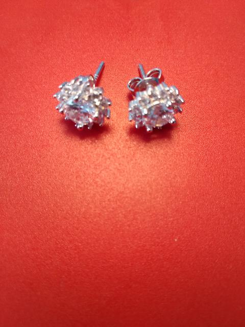 Серебряные серёжки-гвоздики.