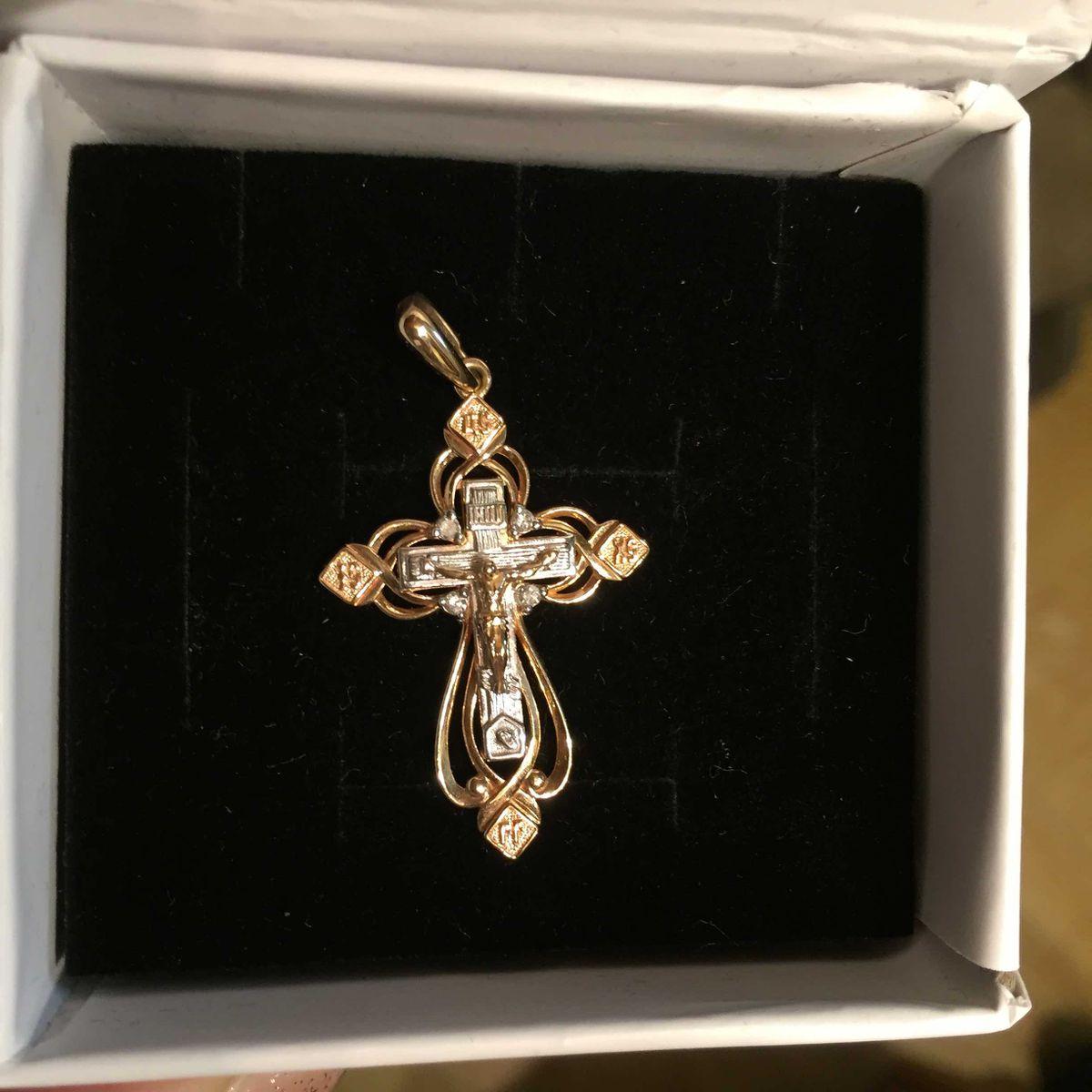 Крестик из красного и белого золота.