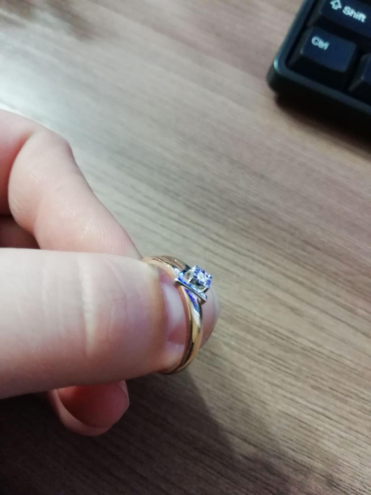 Нежное колечко с бриллиантом