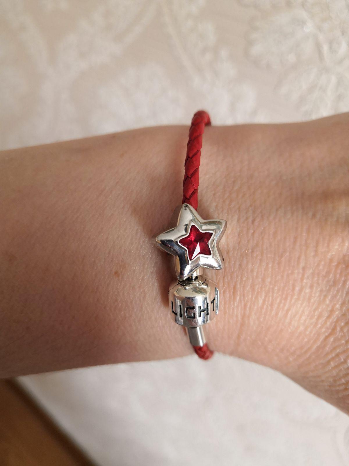 Серебряный браслет из красной кожи.