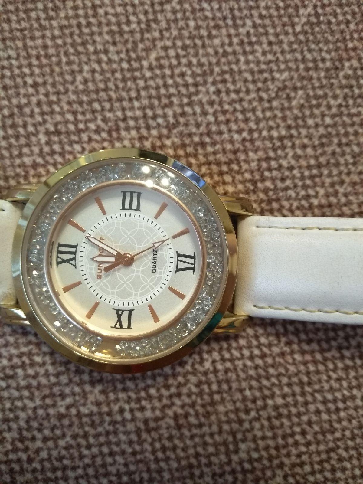 Часы с кожаным белый ремешком