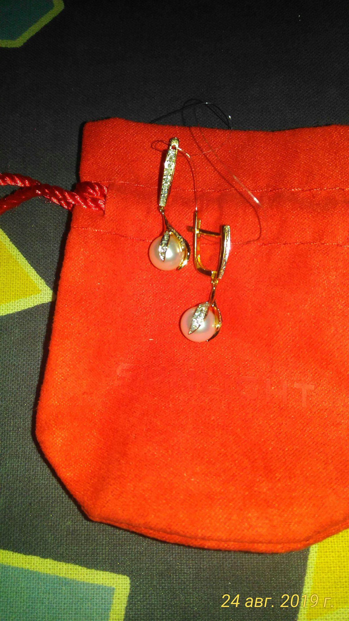 Золотые серьги с жемчугом и бриллиантами.