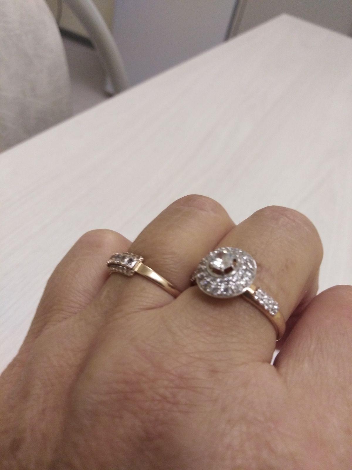 Кольцо красивое, но цвет металла жёлтый, отличается от всех других колец.