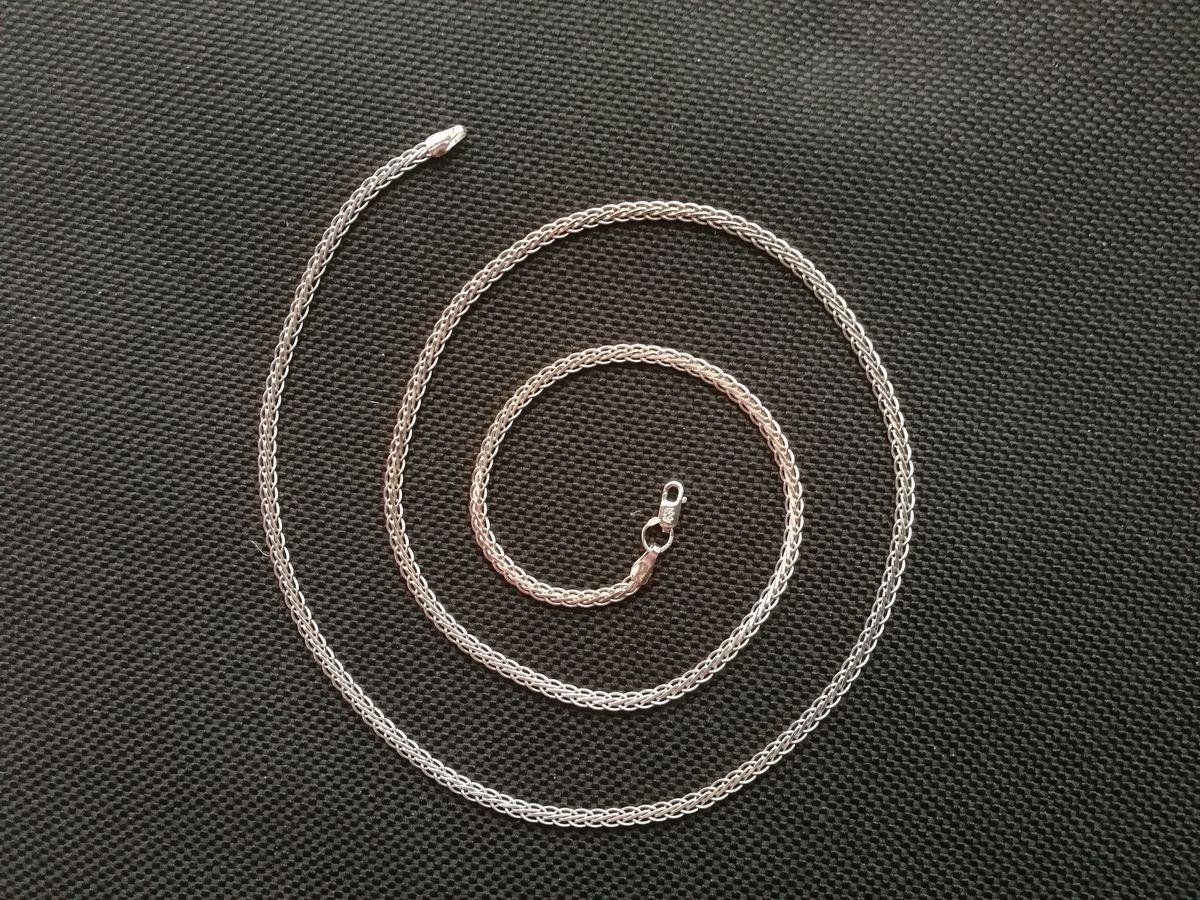 Цепочка серебряная, широкая,с плоской, блестящей витьбой.
