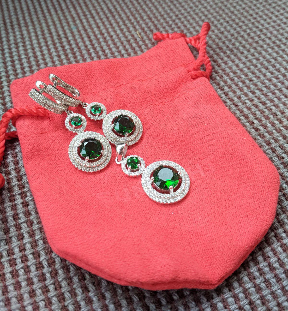 Серебряные серьги с зелёными фианитами