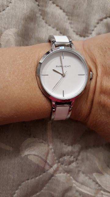 Часы просто супер. Недорого, качественно, красиво. Покупкой очень довольна.