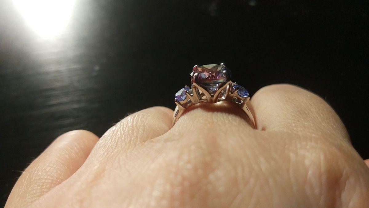 Искрящееся и переливающееся кольцо