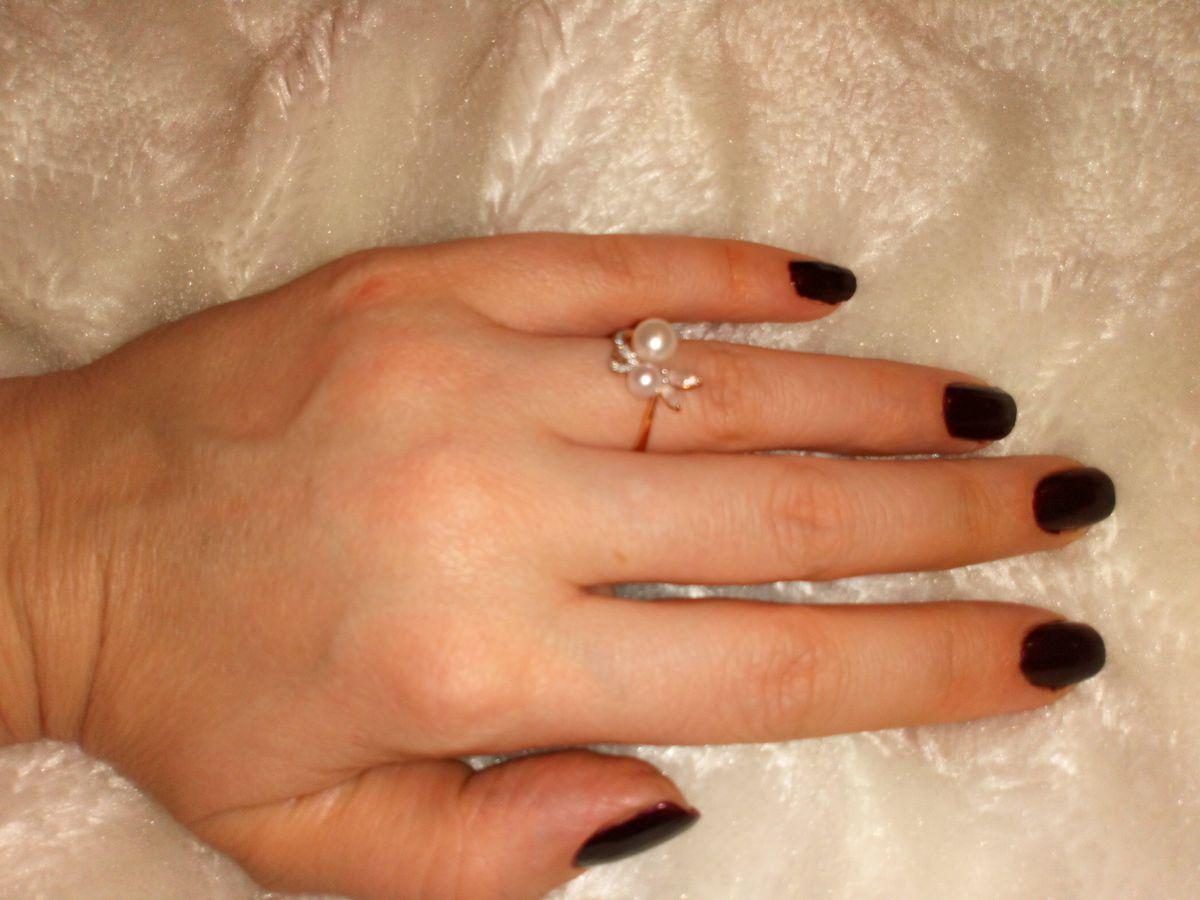 Кольцо с жемчугом, бесцветными топазами и брилиантами.