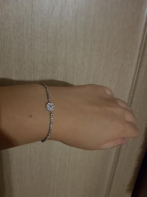 Красивый сияющий браслет
