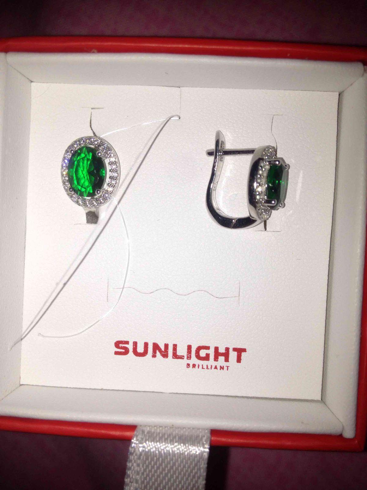 Миниатюрные сережечки с очень красивым зеленым камнем
