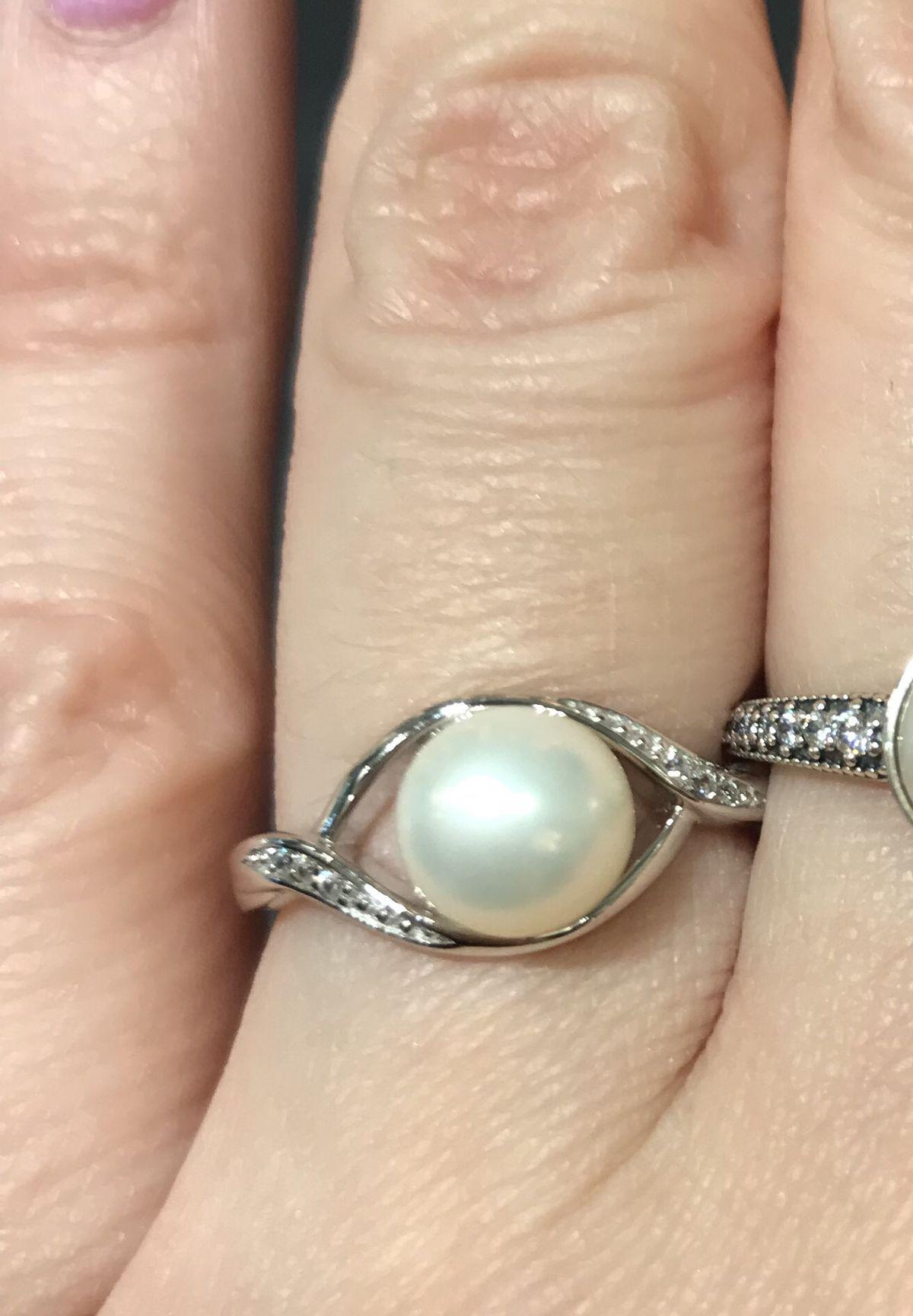 Красивое кольцо с жемчужиной и фианитамт