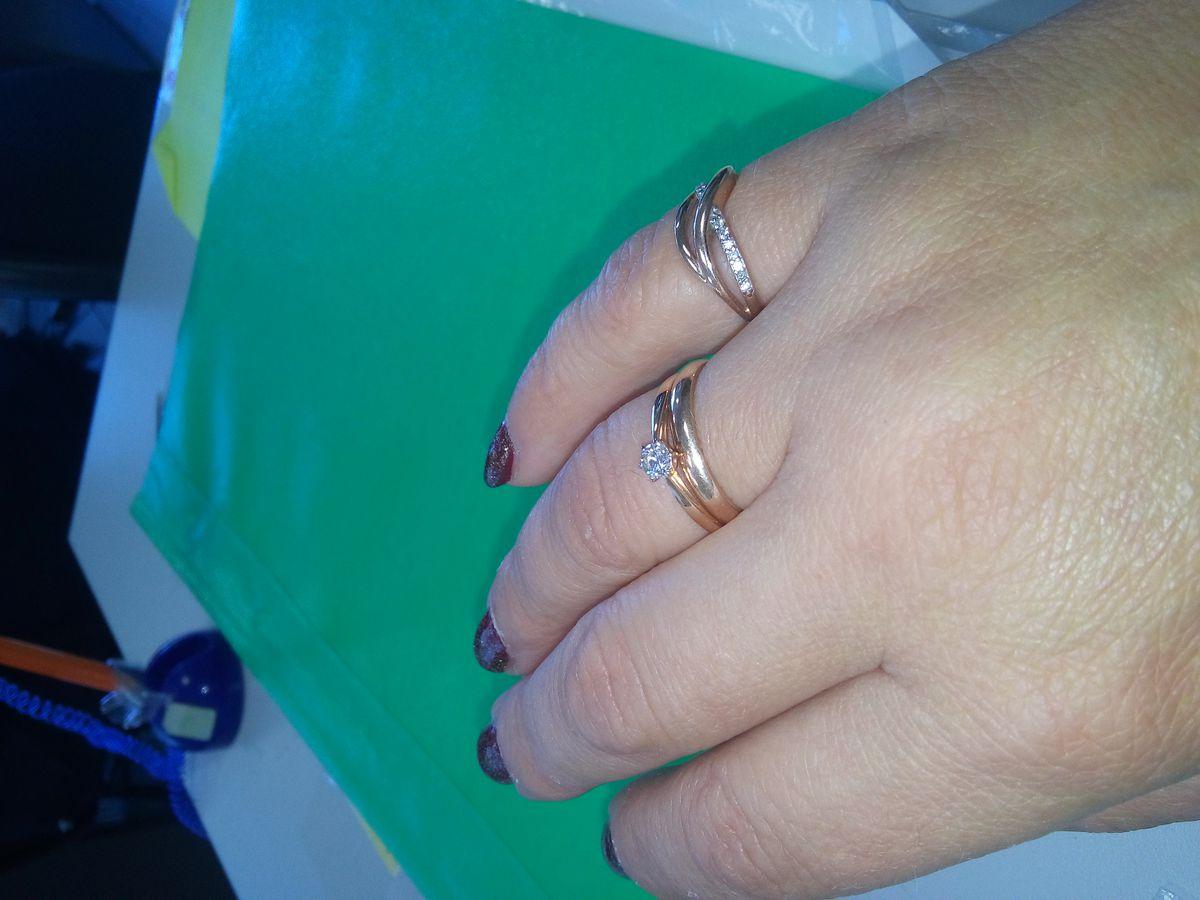 Миленькое колечко с бриллиантиком