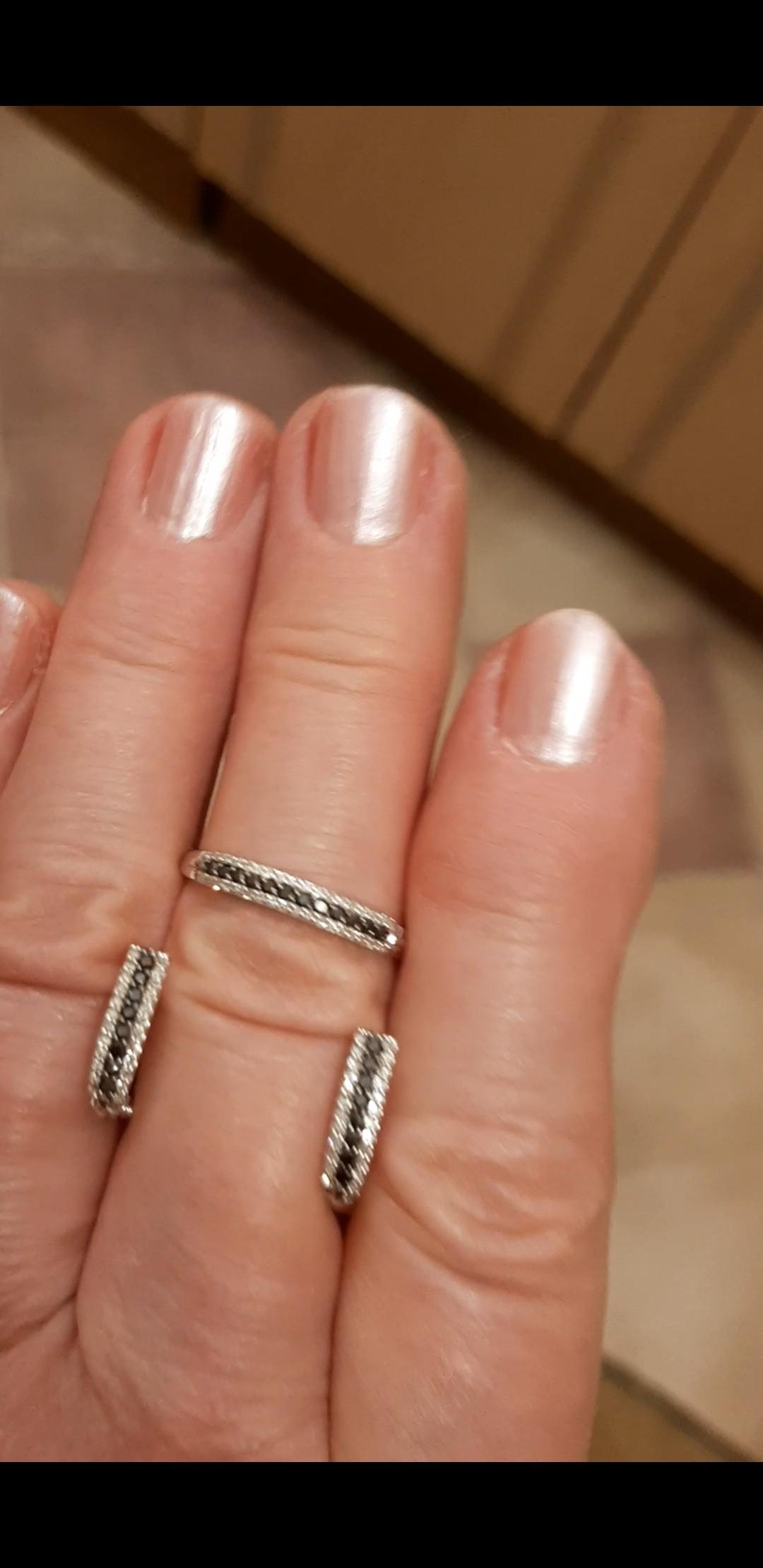 Черые бриллианты на белом золоте