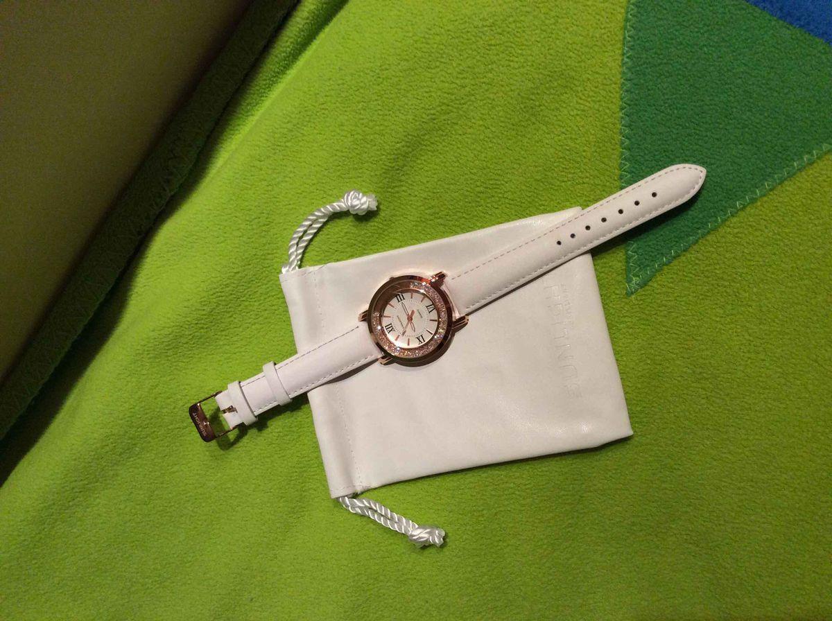 Кварцевые часы.Механизм.Спасибо за покупку.Очень потрясающие и сверкающие.