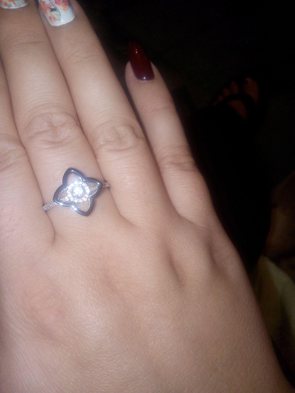 Шикарное серебряное кольцо с керамикой и усыпано множеством фианитов!!!!!!!