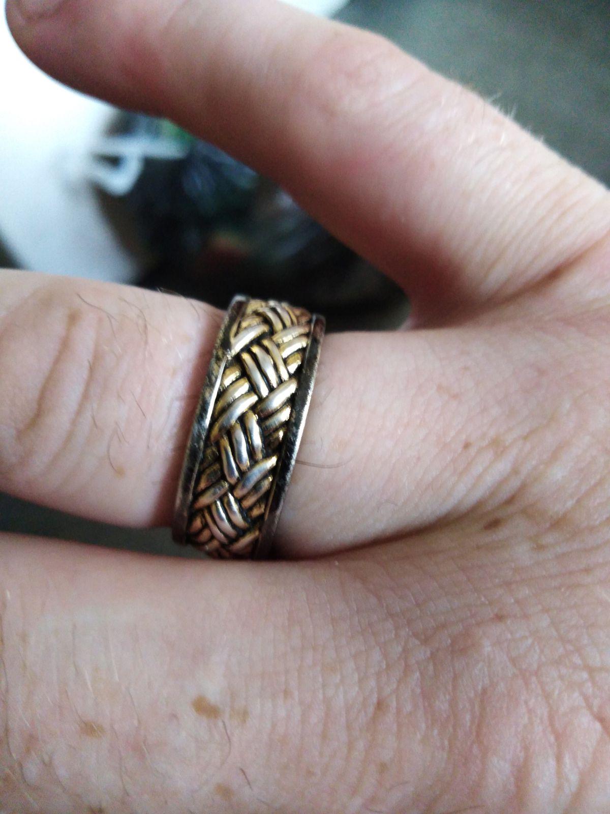 Кольцо серебряное, покрыто плетение золотой цвет а края чёрный цвет.
