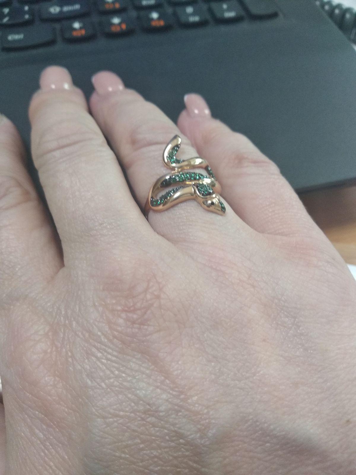 Змея, ласково обвивающая палец!