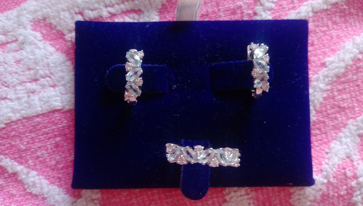 Элегантный серебряные серьги с топазами.