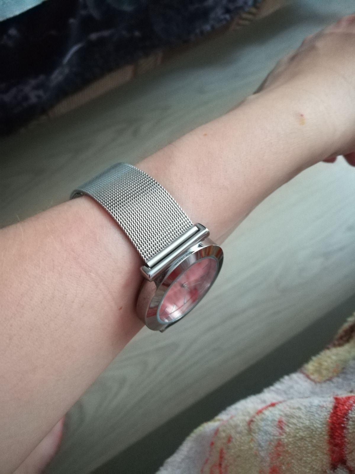 Отличные и стильные часы, подходят с любым нарядом.