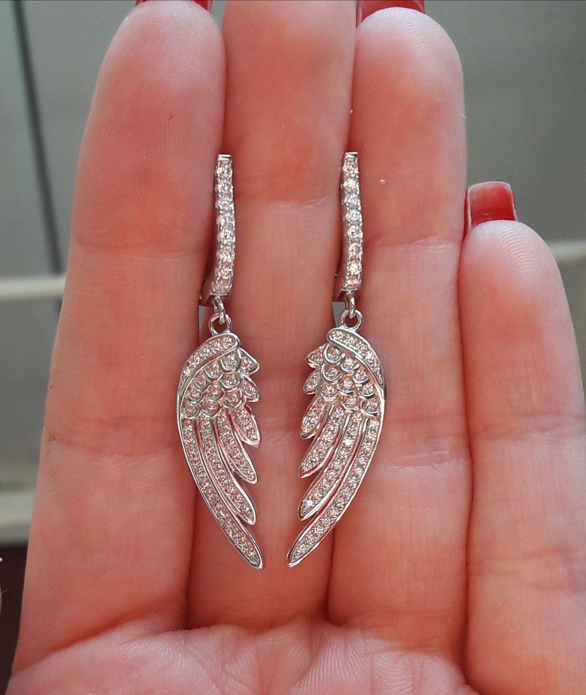 Серебряны серьги в форме крыльев.