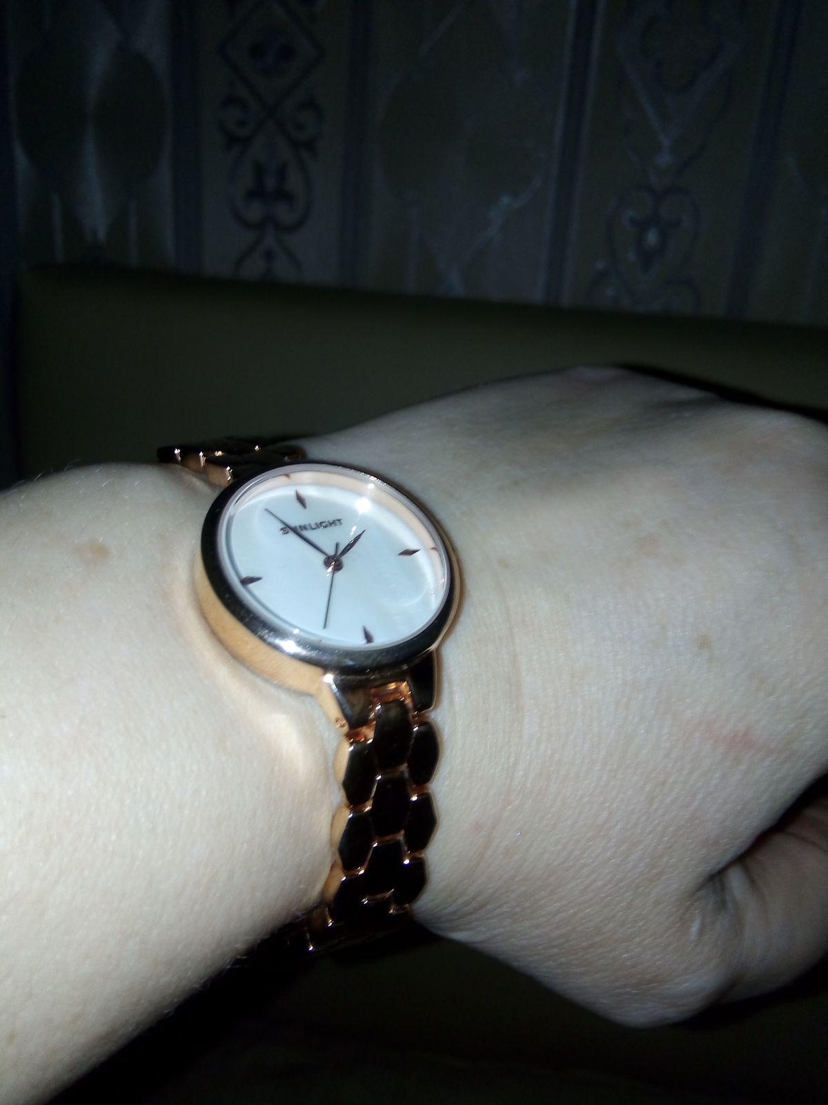 Часы на золотом браслете .