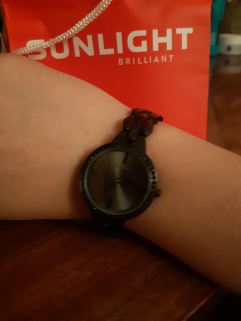 Черные классические часы, смотрятся строго и сексуально .