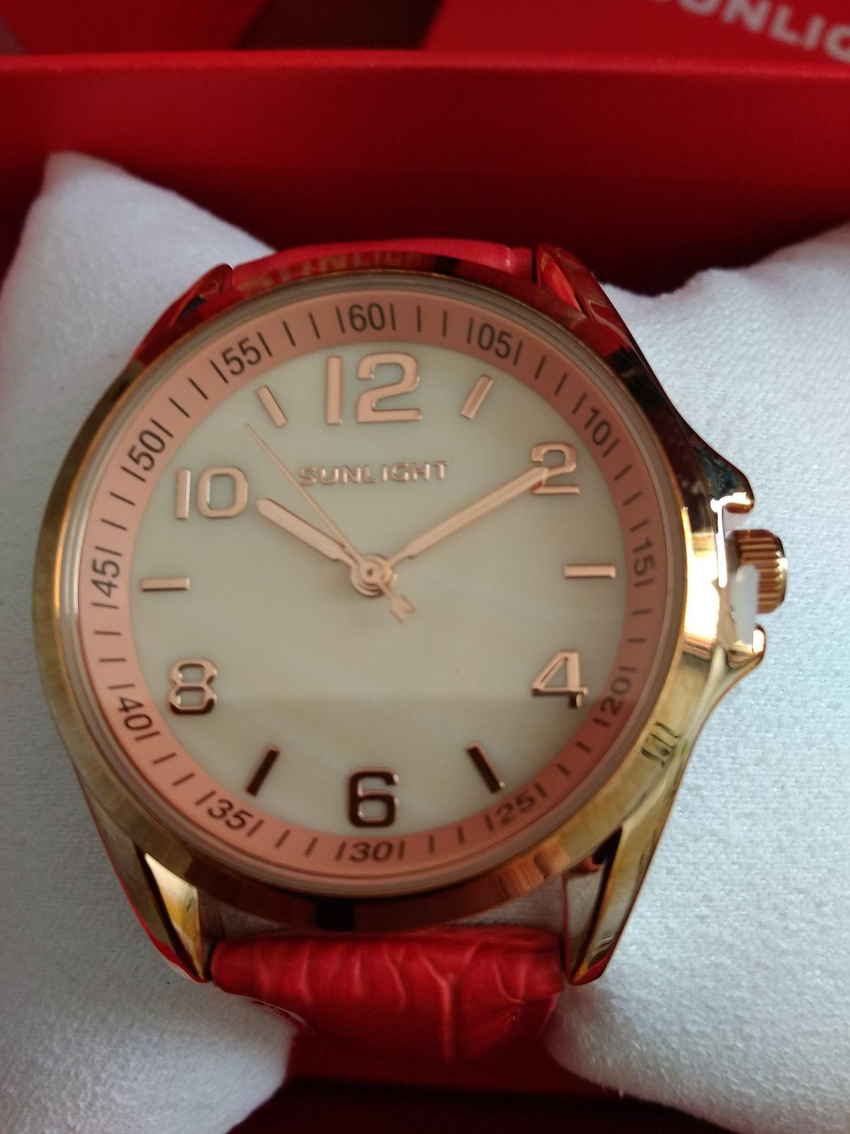Купила часы подруге в подарок.