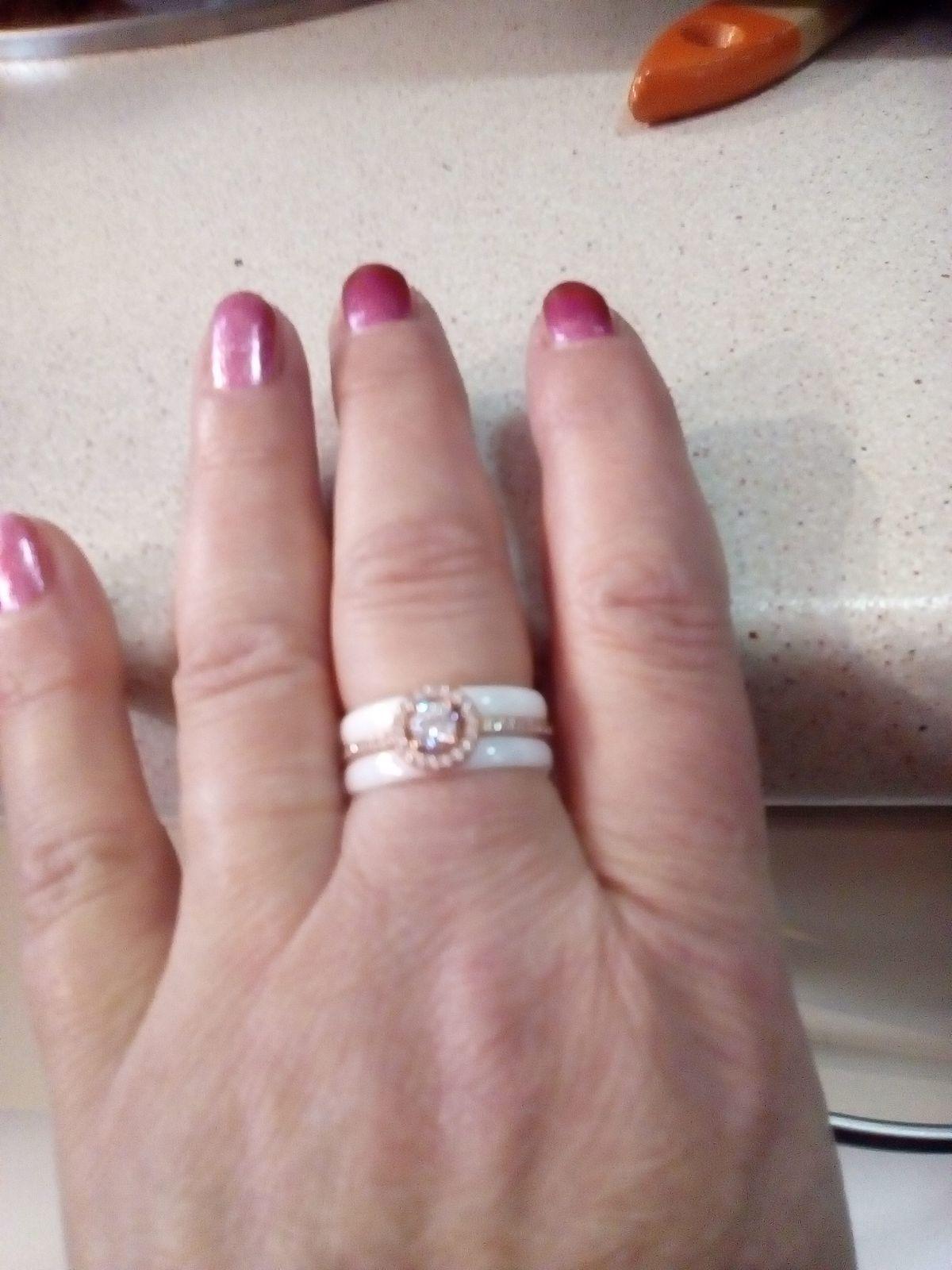 Серебряное кольцо с керамикой и фианитами.