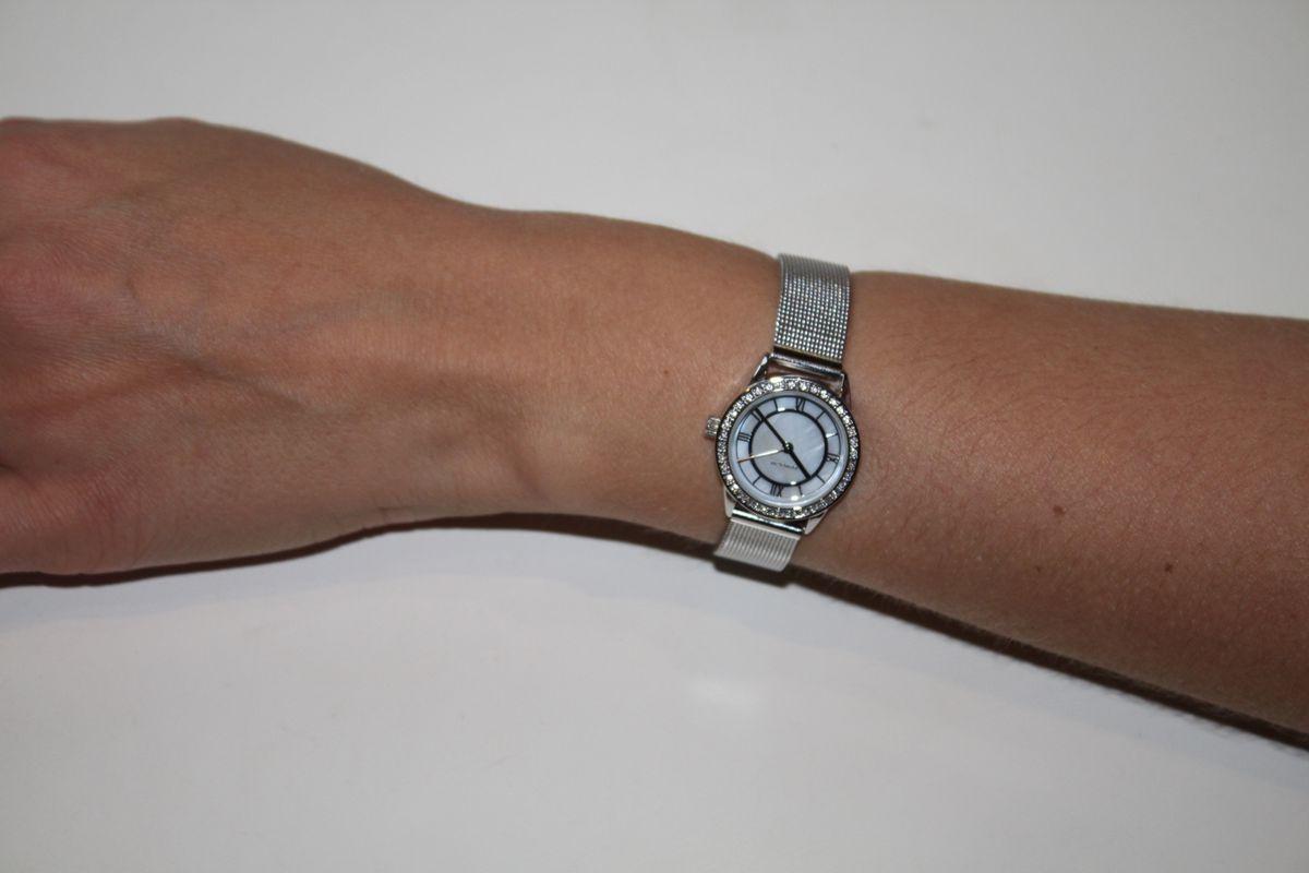 Часы серебристые.