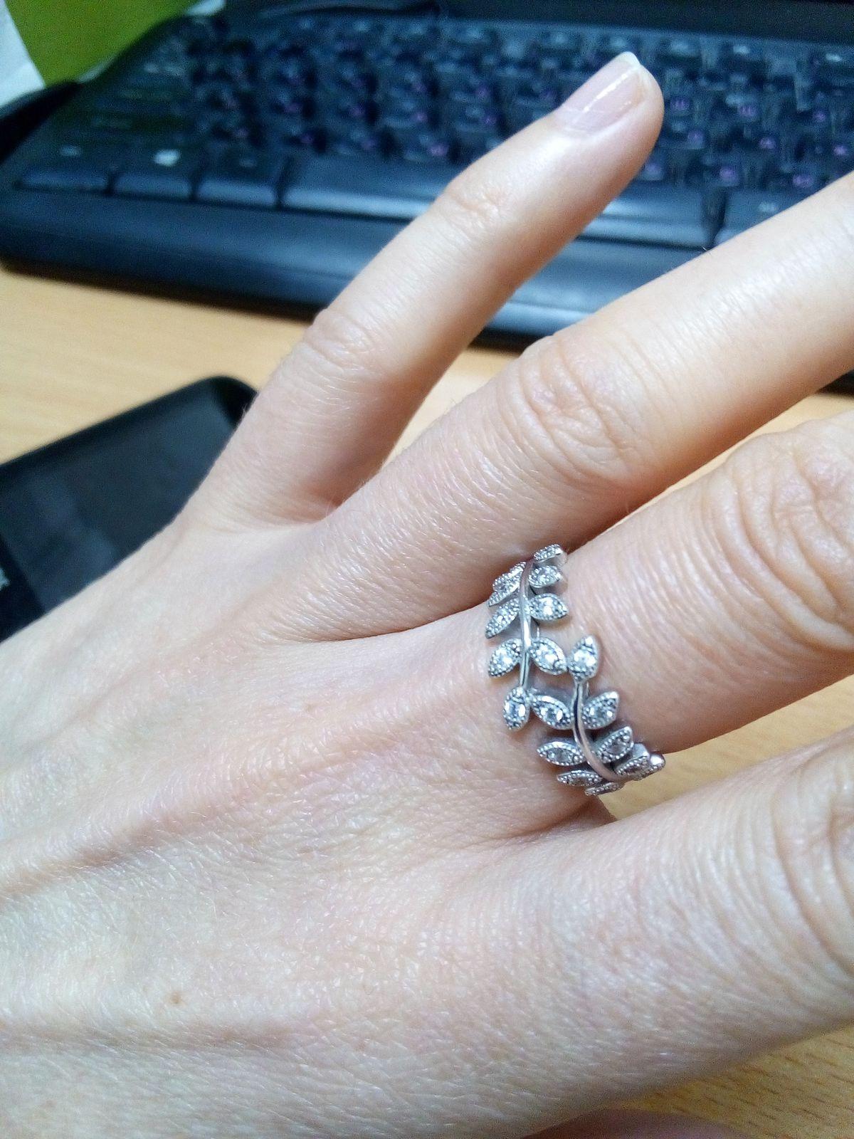 Серебрянное колечко с веточкой мира.