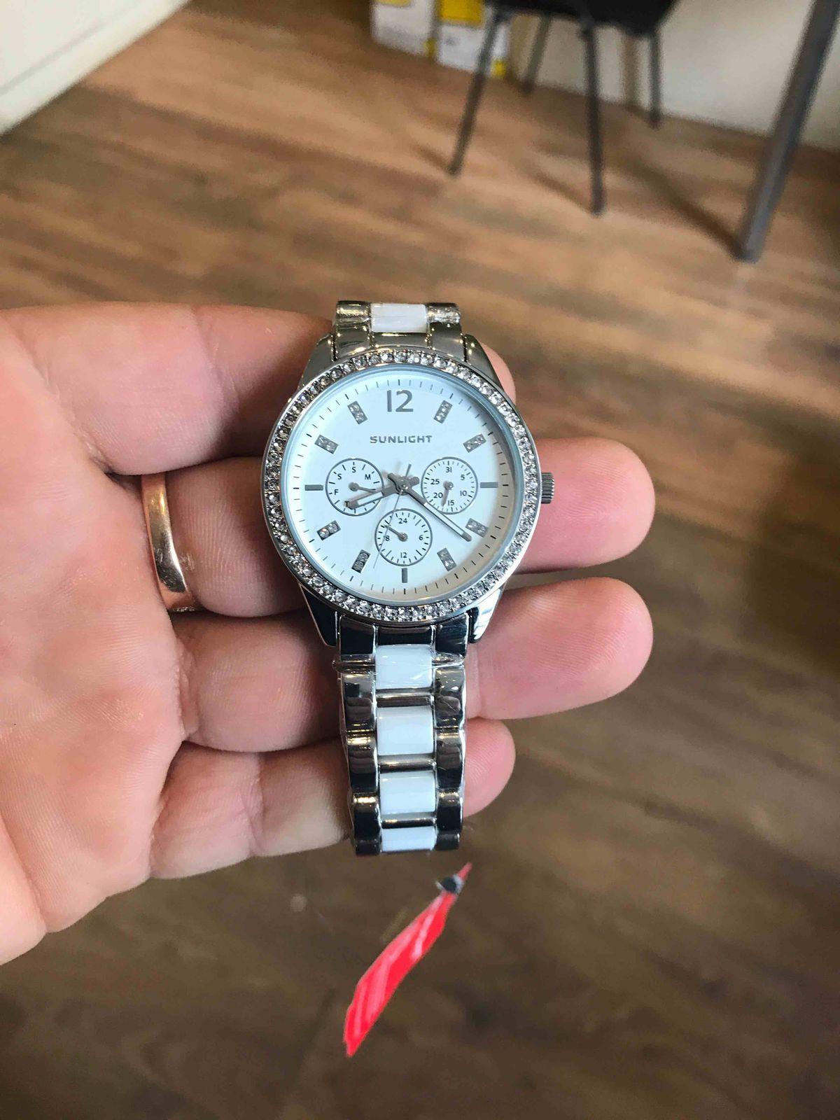 Часы с керамическими вставками на браслете
