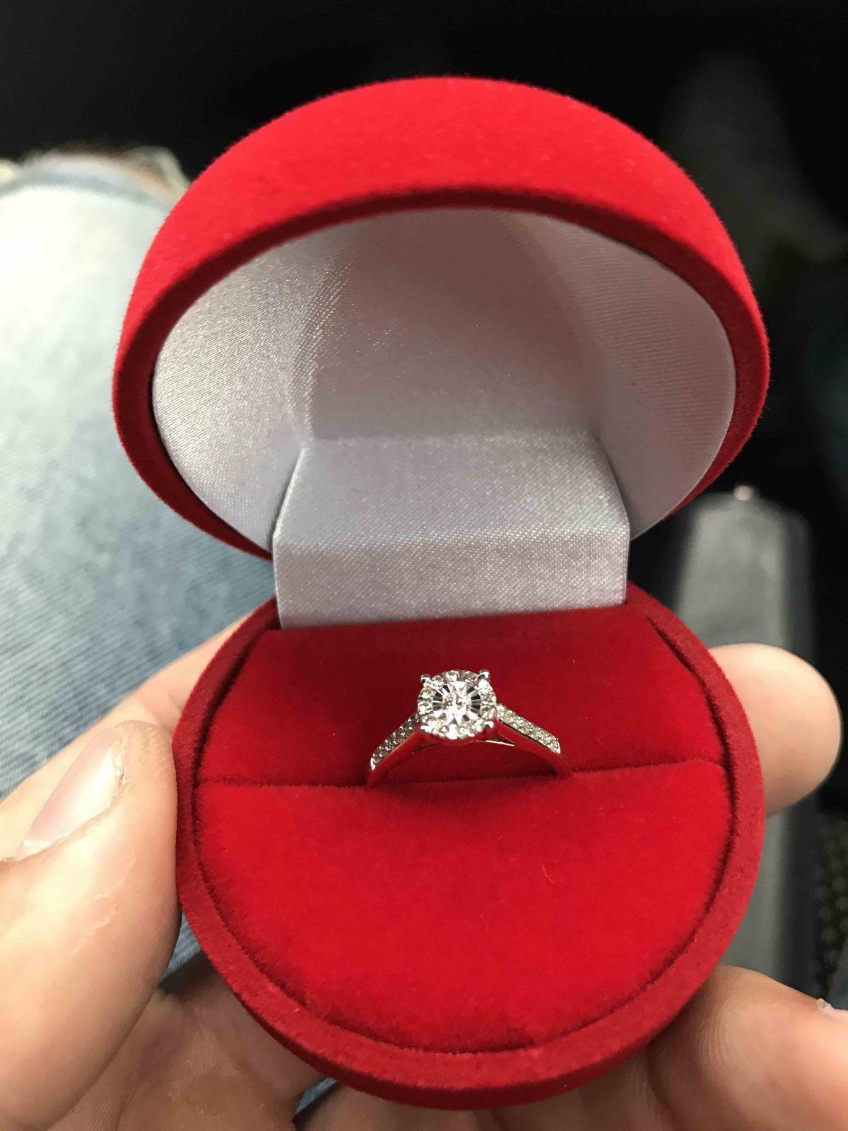 Приобрел кольцо для предложения девушке