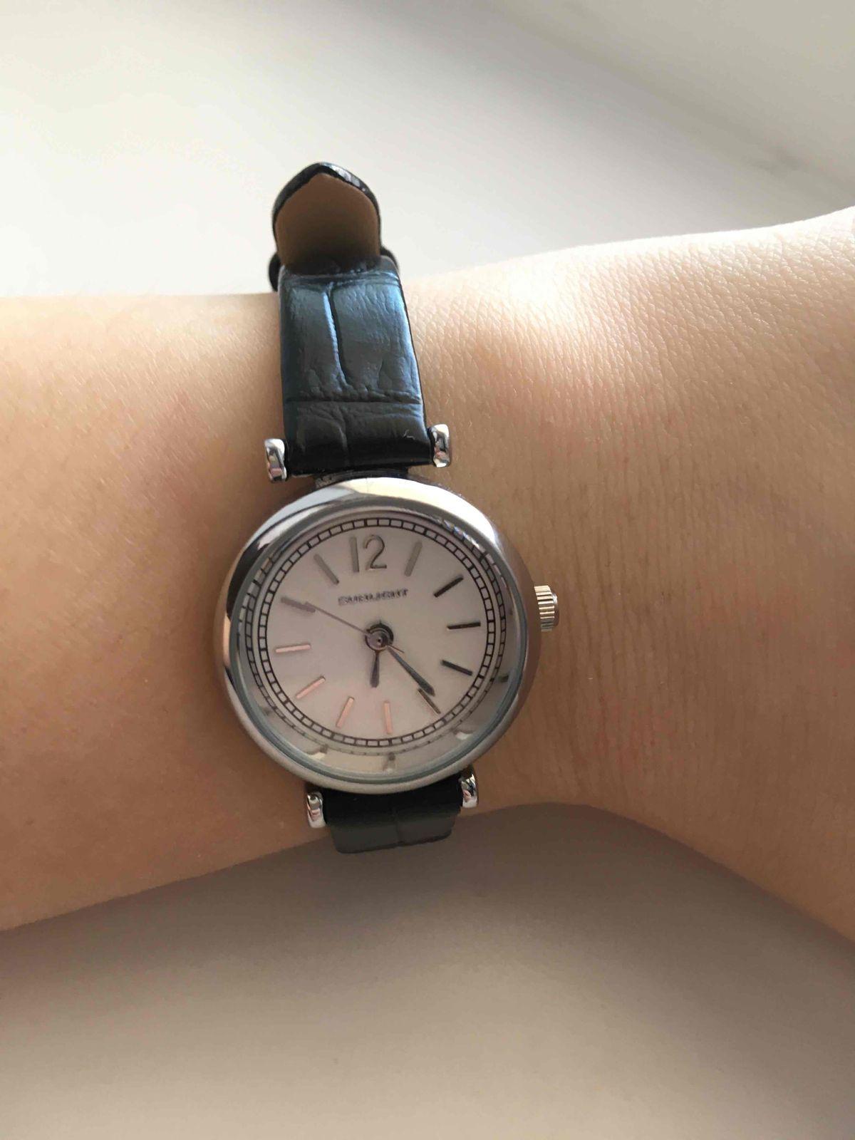 Женские часы на ремешке из натуральной кожи.
