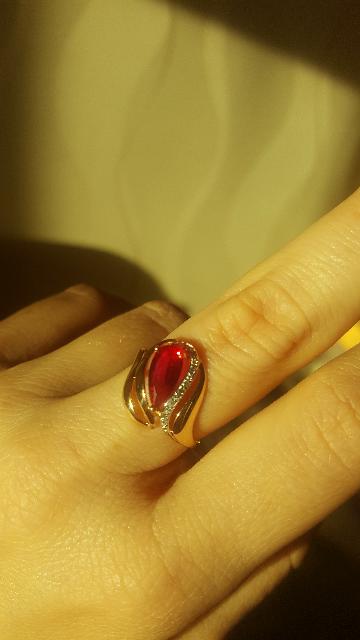 Золотое кольцо с красным камнем